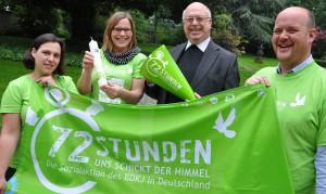 Erzbischof Hans-Josef Becker freut sich mit (v.l.) Annika Manegold, Kathrin Jäger und Sebastian Koppers vom BDKJ-Diözesanverband auf die 72-Stunden-Aktion.